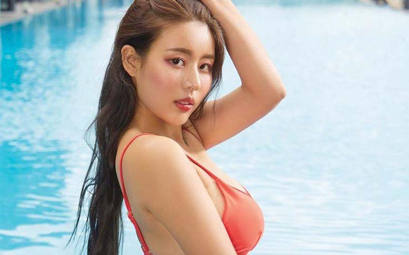 beautiful-chinese-woman-at-the-swimming-pool